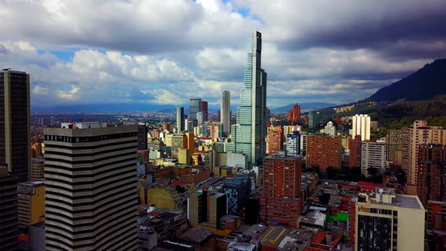 Vista aérea/abejón del centro de Bogotá, Colombia 6 - vídeo