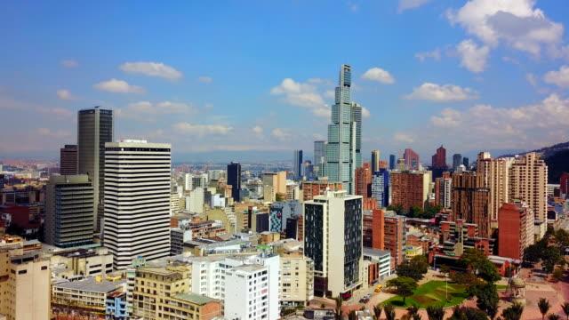 Vista aérea/abejón del Distrito Centro de la ciudad de Bogotá, Colombia 4 - vídeo
