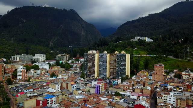 Vista aérea/Drone de Monserrate en Bogotá, Colombia - vídeo