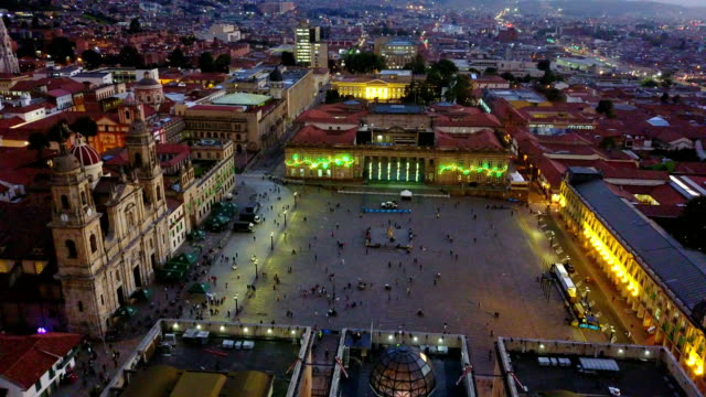 aerial/drone view of the plaza de bolivar, la candelaria, bogotá, colombia 7 - колумбия стоковые видео и кадры b-roll