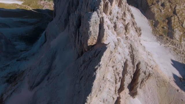 航空写真: 山ピーク ドロミテ イタリア - 山点の映像素材/bロール