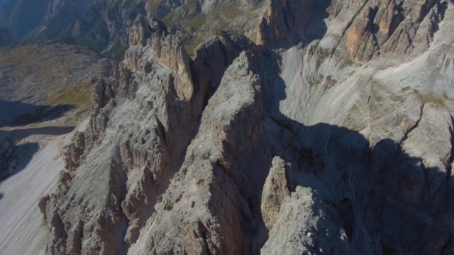 항공: 이상 산 봉우리, 산에는 숲 위 - 티롤 주 스톡 비디오 및 b-롤 화면