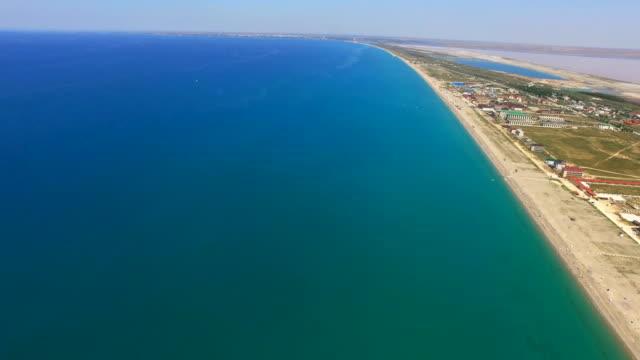 空中: 地方旅遊的呆在綠松石海附近 - 無人飛機 個影片檔及 b 捲影像