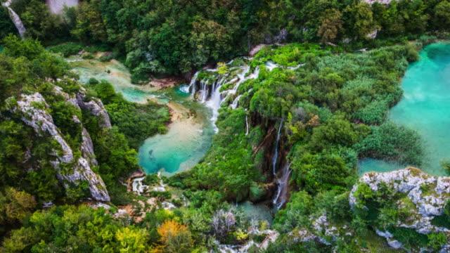aerial:plitvice lakes national park in croatia - национальный парк плитвицкие озёра стоковые видео и кадры b-roll
