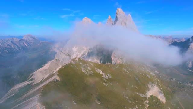 航空写真: seceda 山、ドロミテ (移動反転) - 起伏の多い地形点の映像素材/bロール