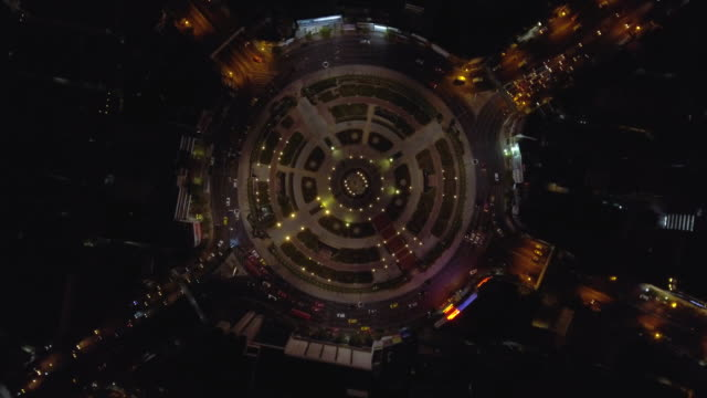 vidéos et rushes de voiture: le trafic aérien en cercle dans la nuit - rond point