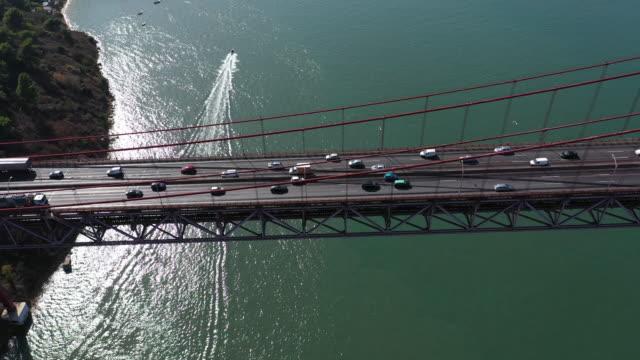 vídeos de stock e filmes b-roll de aerialview of rush hour on 25th of aprile bridge - ponte 25 de abril