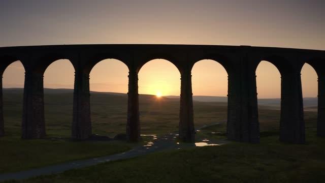 stockvideo's en b-roll-footage met aeriel beelden van ribblehead viaduct, yorkshire dales national park.uk - boog architectonisch element