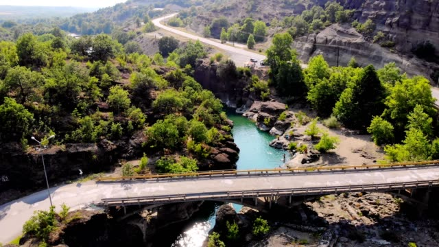 aero. view from above. beautiful landscape, in the midst of mountains and trees, in gorge there is a lake, a river, a hot spring. hot summer day. Greece. thermal waters of Greece - vídeo