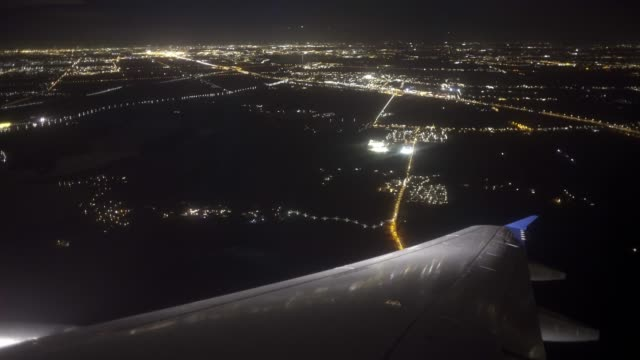 stockvideo's en b-roll-footage met vliegtuig landing nacht amsterdam - schiphol