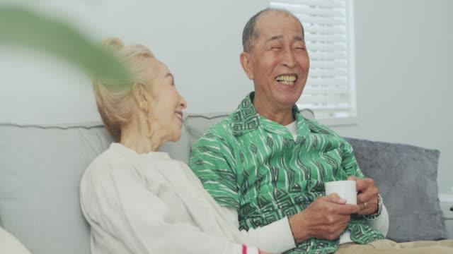 家庭でリラックスして愛情深い年上のカップル - シニア点の映像素材/bロール