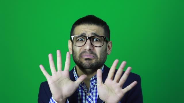 vídeos y material grabado en eventos de stock de empresario tiene miedo pánico, mirando a cámara con miedo. - stop sign