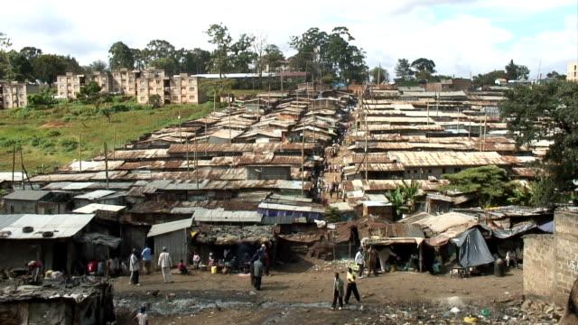 vídeos de stock e filmes b-roll de áfrica bairro de lata-vista em telhados - quénia
