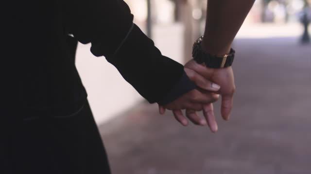 african american par hålla händer och promenader, närbild på sina händer - hålla handen bildbanksvideor och videomaterial från bakom kulisserna