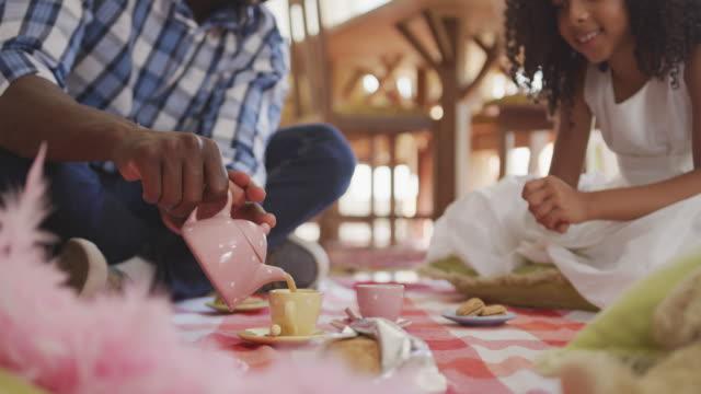 afroamerikanischer vater und tochter beim picknick zu hause - vollzeit elternteil stock-videos und b-roll-filmmaterial