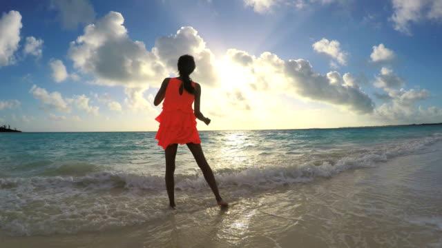 vidéos et rushes de femme afro-américaine, jouir de la liberté en plein air au lever du soleil - évasion du réel