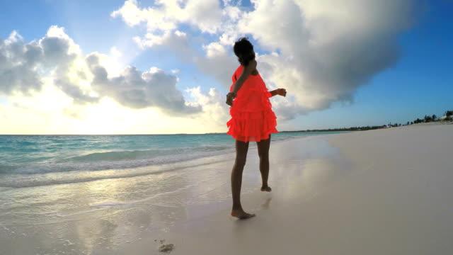 vidéos et rushes de femme afro-américaine, jouir de la liberté en plein air sur la plage - évasion du réel
