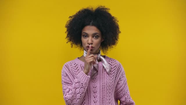 vídeos y material grabado en eventos de stock de afroamericana boca zipping aislada en amarillo - dedo sobre labios