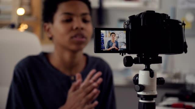 아프리카계 미국인 남성 십 대 블로거 - 영화 촬영 스톡 비디오 및 b-롤 화면