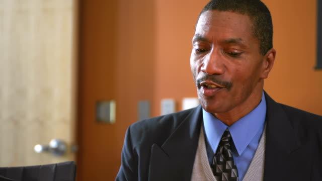 african american mann spricht auf seinem team - formelle geschäftskleidung stock-videos und b-roll-filmmaterial