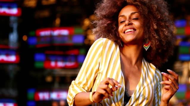 afroamerikanische frau tanzen bei einem konzert. - musikfestival stock-videos und b-roll-filmmaterial