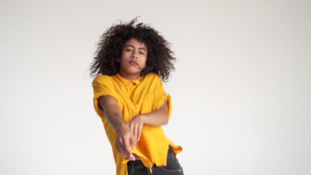 afroamerikanska kvinna dans på vit bakgrund - kvinna tillfreds bildbanksvideor och videomaterial från bakom kulisserna