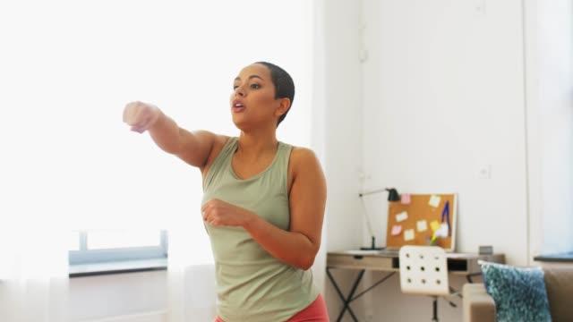 donna afroamericana che si esercita a casa - braccio umano video stock e b–roll