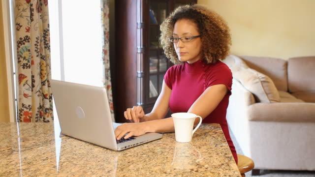 african american woman laptop tracking shot right - 25 29 år bildbanksvideor och videomaterial från bakom kulisserna