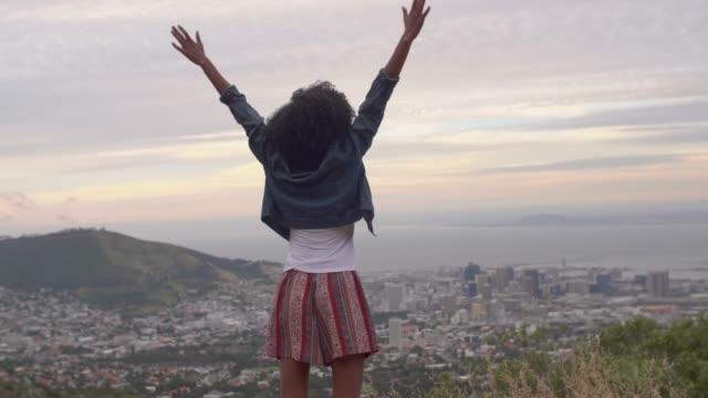 vídeos de stock e filmes b-roll de african american woman overlooking the city below - afro