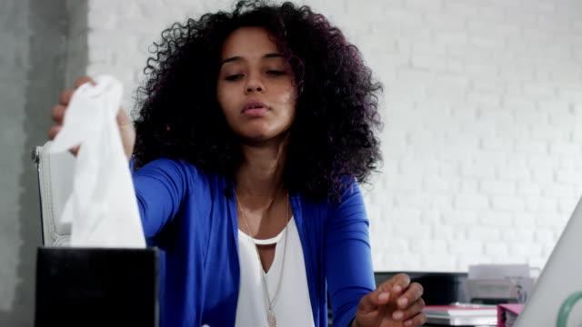 vídeos y material grabado en eventos de stock de mujer afroamericana que trabaja en casa tos y los estornudos - flu