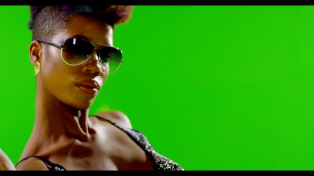 vidéos et rushes de afrique noire élégante de fille danser sur écran vert. real lumière stroboscopique pour le corps. ralenti. - hip hop
