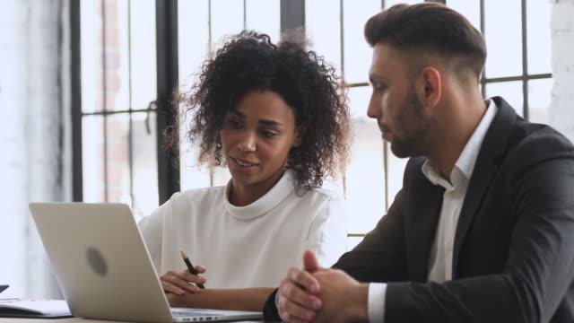 vídeos y material grabado en eventos de stock de gerente de empresaafricana consultar presentación en línea de exposición de clientes masculinos - collaboration