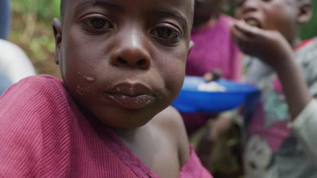африканский ребенок ест - голодный стоковые видео и кадры b-roll