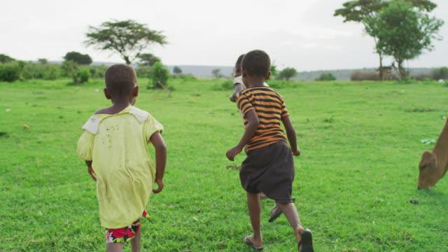 vídeos de stock e filmes b-roll de african children running - quénia