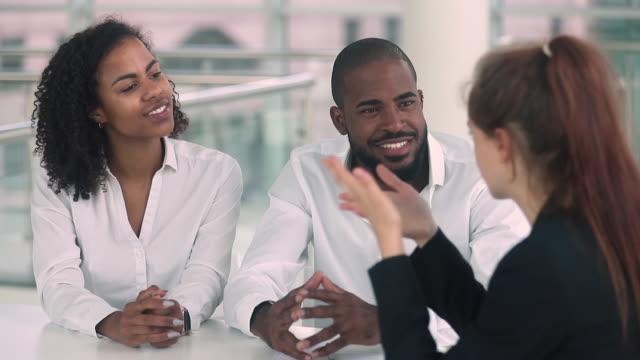 vídeos y material grabado en eventos de stock de pareja africana feliz de alquilar comprar nuevo centro de entrega de la casa de bienes raíces - préstamo