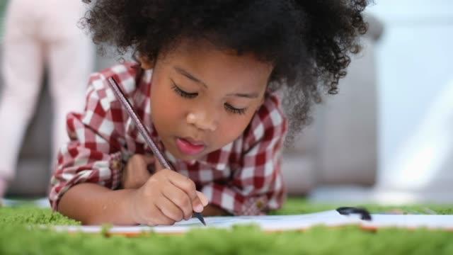afrikanska söta barn studerar hemma, barn utbildning koncept - flickor bildbanksvideor och videomaterial från bakom kulisserna