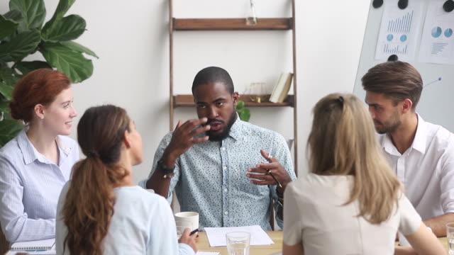 stockvideo's en b-roll-footage met afrikaanse werknemer neemt deelgroep discussie produceren ideeën oplossen van problemen - bedrijfsstrategie