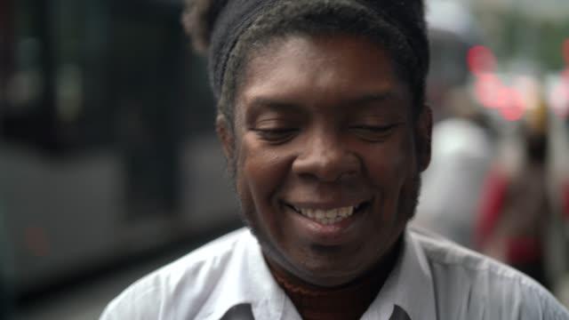 アフリカ人男性の楽しさと笑い - 髪型点の映像素材/bロール