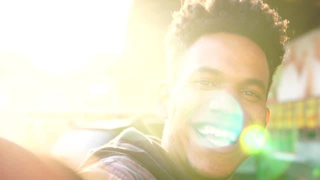 非洲族裔年輕人採取自拍 - 年輕男人 個影片檔及 b 捲影像