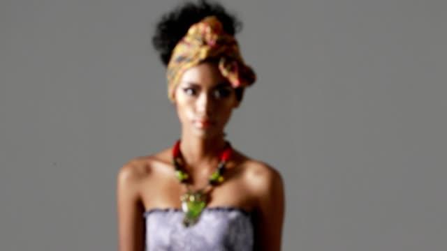 vídeos de stock, filmes e b-roll de modelo de tendência de moda africana - moda feminina