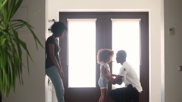 il padre africano dice addio alla figlia e se ne va con la valigia - divorce video stock e b–roll