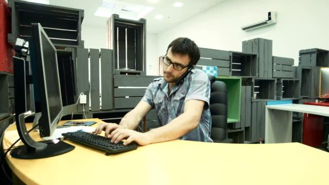 afrikanische kollegin mit tablet bittet mann, dokument auf dem bildschirm zu unterschreiben - tablet mit displayinhalt stock-videos und b-roll-filmmaterial