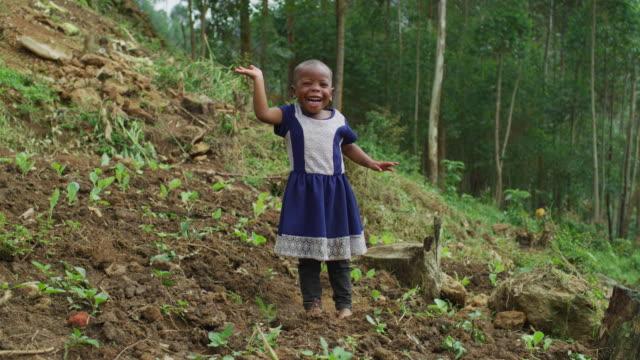 vidéos et rushes de fille africaine agitant la main - pureté