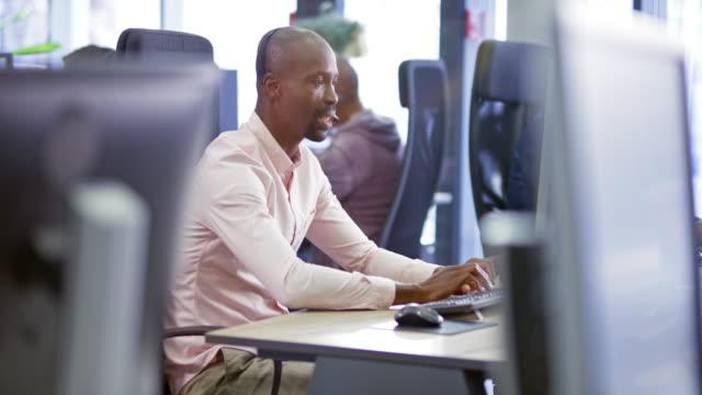 ld african male callcenteragent som tillhandahåller kundsupport - endast en man i 30 årsåldern bildbanksvideor och videomaterial från bakom kulisserna