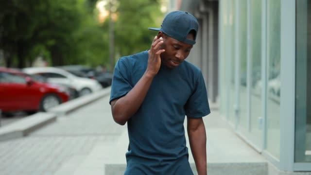 seçim müzik için kablosuz kulaklık üzerinde afrika adam tıklayın - kulak i̇çi kulaklık stok videoları ve detay görüntü çekimi