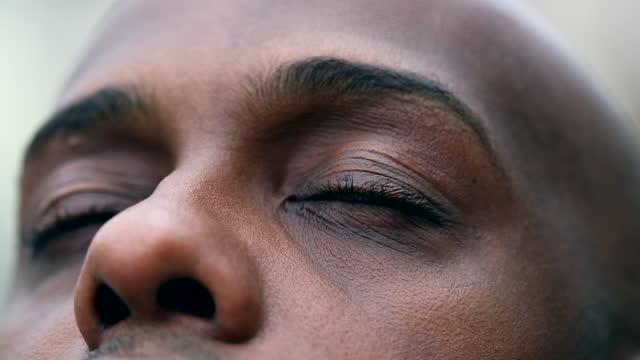 명상과 명상에 닫는 아프리카 남자, 클로즈업 흑인 민족의 눈 - mindfulness 스톡 비디오 및 b-롤 화면