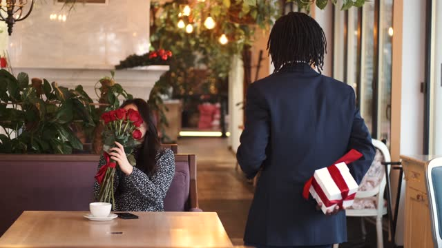afrykańczyk robi niespodziankę dla swojej dziewczyny w walentynki w restauracji - data filmów i materiałów b-roll