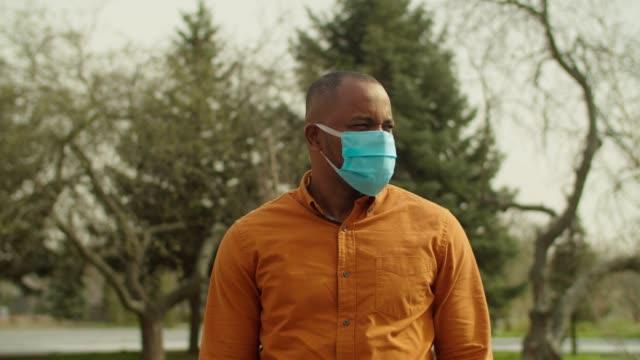 vídeos de stock, filmes e b-roll de homem africano usando máscara de vírus contra coronavírus - consciência negra
