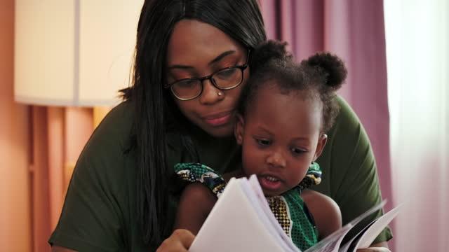 afrikansk mor och dotter umgås hemma tillsammans. - working from home bildbanksvideor och videomaterial från bakom kulisserna