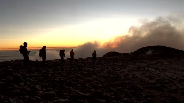 vídeos y material grabado en eventos de stock de atardecer en las montañas africanas. subiendo a un campamento base. expedición - terreno extremo